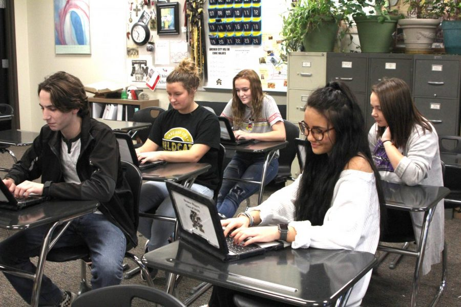 Students+in+dual+credit+English+work+on+an+assignment+through+their+chromebooks.